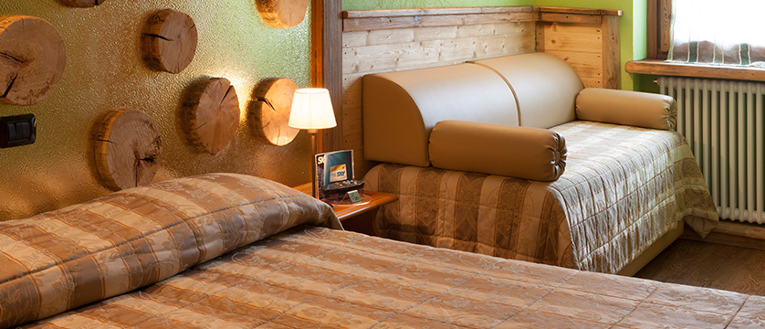 italy_milky-way-ski-area_sauze-doulx_hotel_assietta_bedroom2.jpg